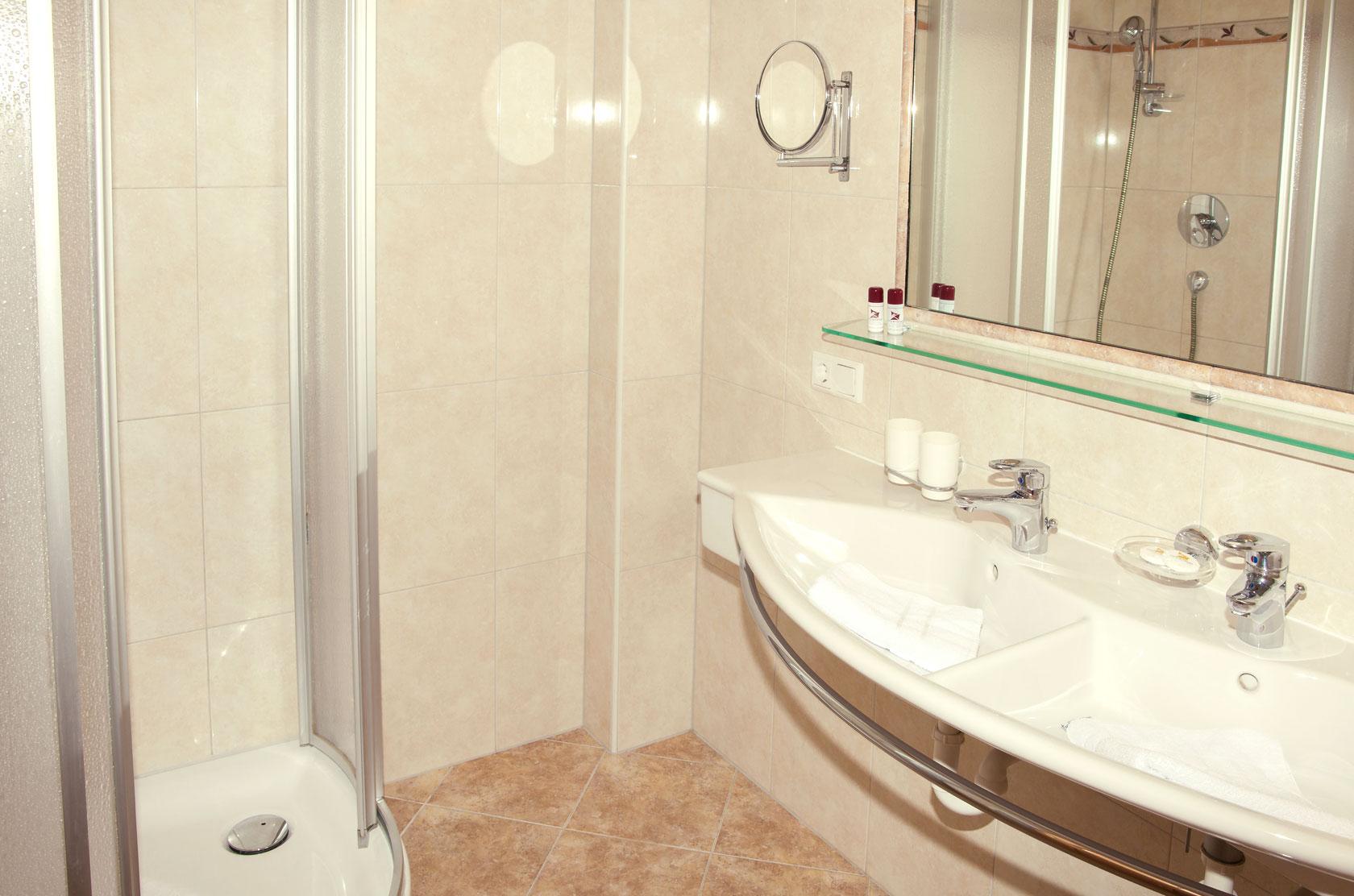 Badezimmer im Hotelzimmer für Familien