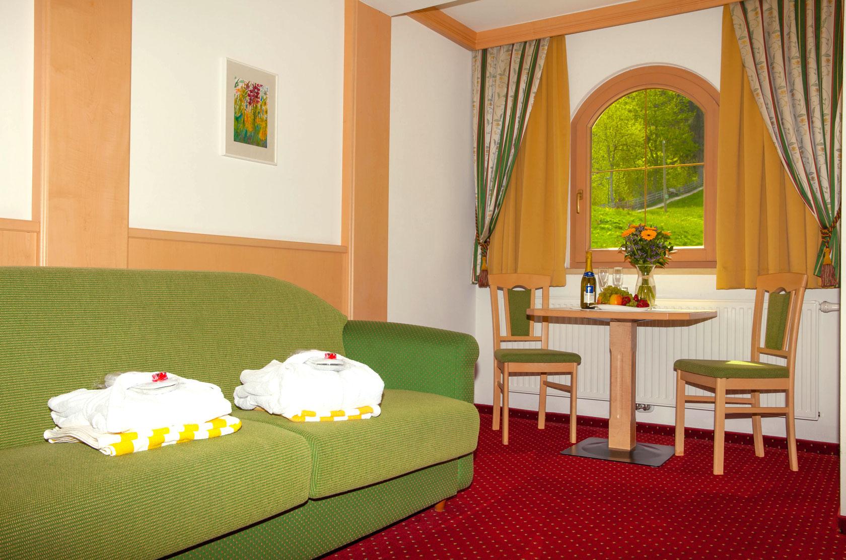 Wohnbereich mit Couch und Sitzecke