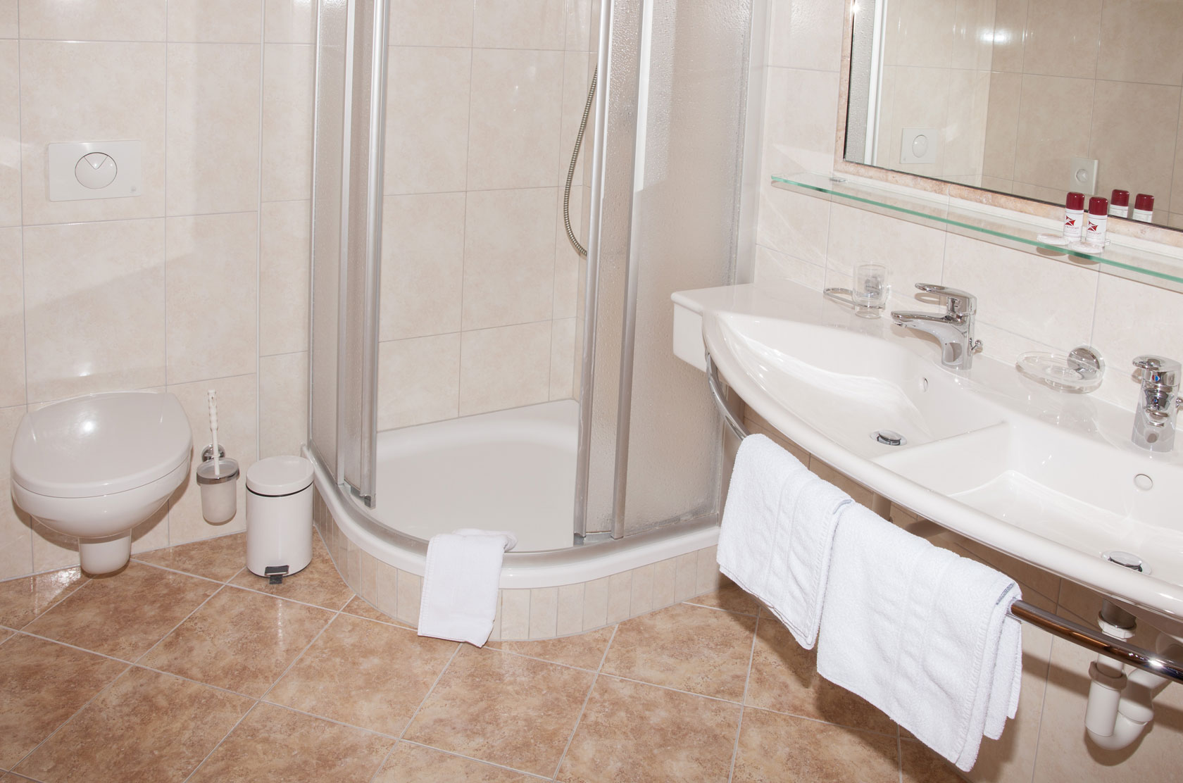 Badezimmer mit Dusche in einem Hotelzimmer