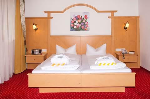 Ansicht eines Hotelzimmers mit Doppelbett