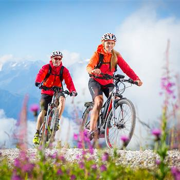 Two E-Mountainbikers in the mountains