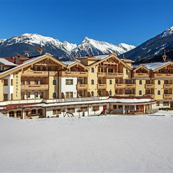 Außenansicht eines Hotels im Winter