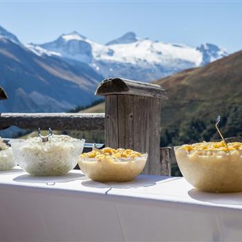 Salatbuffet auf einer Almhütte mit Panoramablick