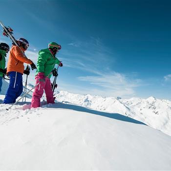 Drei Skifahrer im Tiefschnee