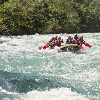 Rafting in einem reißenden Fluss