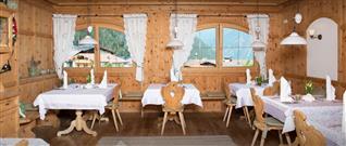 Stühle und Tische im Restaurant