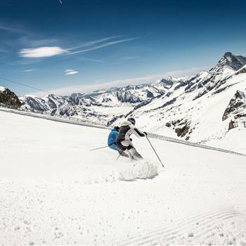 Zwei Skifahrer bei strahlendem Sonnenschein
