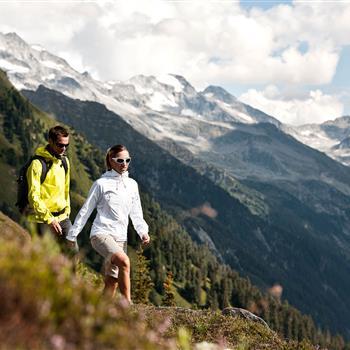 Pärchen beim Wandern in den Bergen
