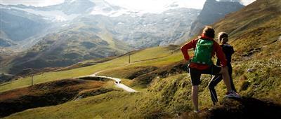 Zwei Wanderer blicken über das Bergpanorama