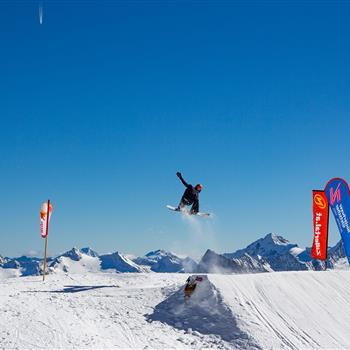 Snowboarder springt über Kicker
