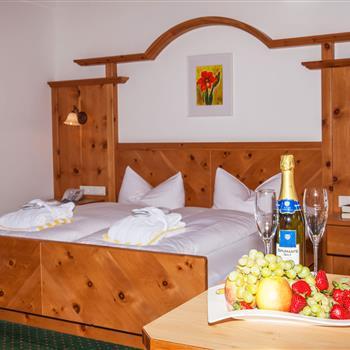 Innenansicht Hotelzimmer mit Doppelbett