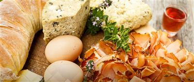 Tiroler Speck, Eier, Bergkräuter und frisches Brot vom Bergbauernhof