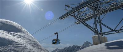 Gondel im Skigebiet bei schönem Wetter