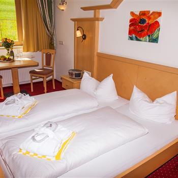 Doppelbett in einem Hotelzimmer