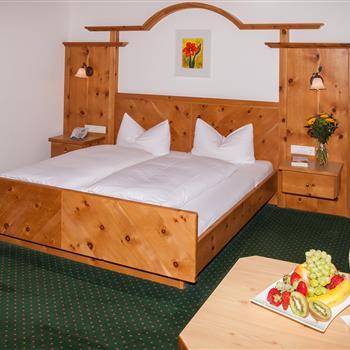 Innenansicht eines Hotelzimmers mit Doppelbett